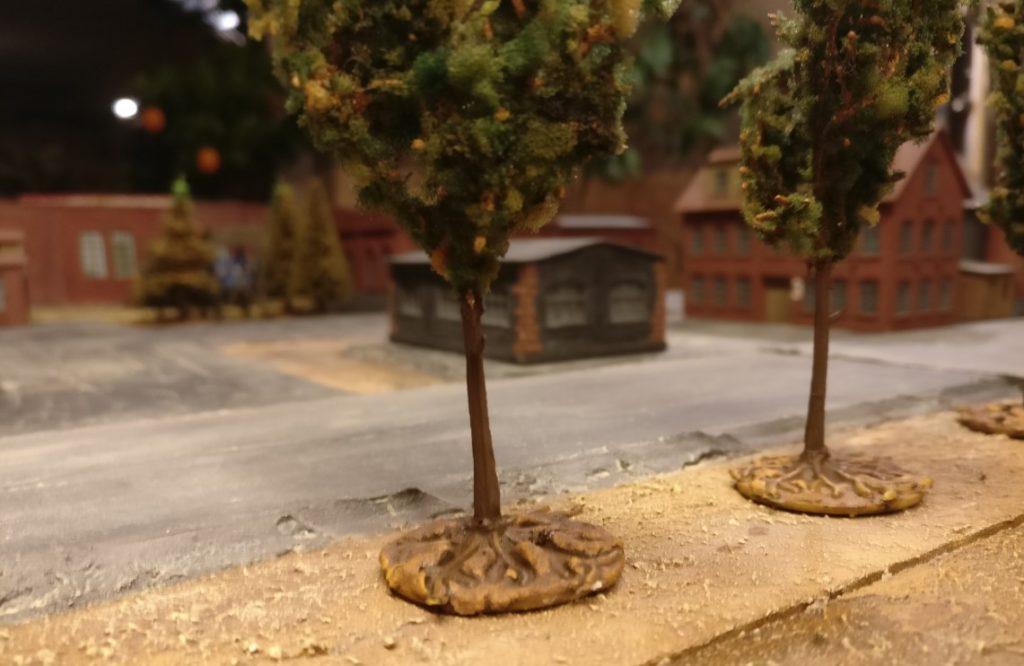 Hier sieht man die Basen der Modellbäume. Erdreich und Wurzelwerk wirken ( für mich jedenfalls ) sehr überzeugend.