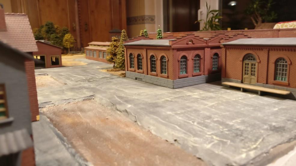 Blick auf die Materiallager über die kleine Garage hinweg.