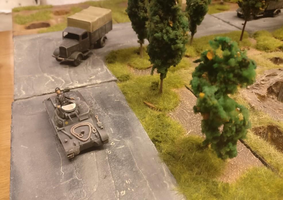 Die Kolonne biegt ab. Allen voran der Befehlspanzerwagen I (Sd.Kfz. 265 Panzerbefehlswagen Bausatz Italeri 7072 in 1:72 )