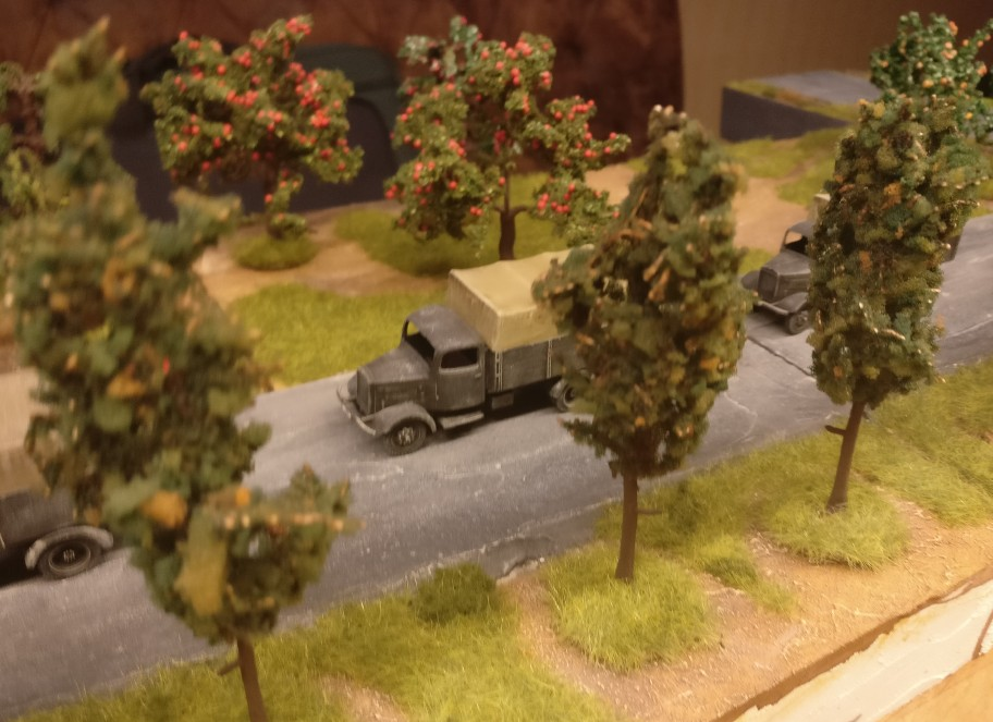 Auch hier lubbert die Kolonne der deutschen Lkw zwischen den Bäumen hindurch.
