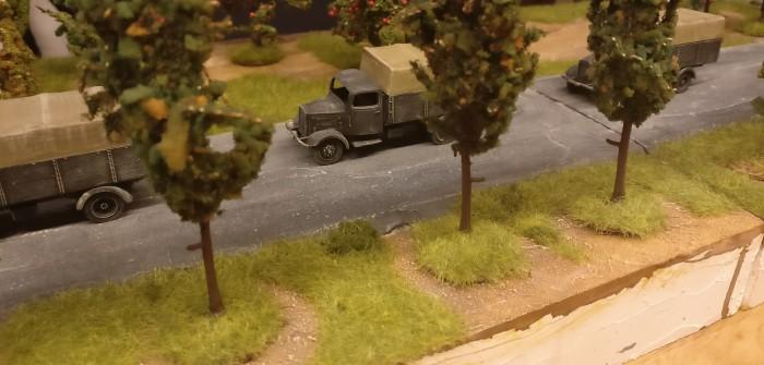 """Roter Oktober #40: Gras auf der Spielplatte: Die erste deutsche Kolonne befährt die Landtraße. Es sind Lkw aus dem 1/72 Bausatz Pegasus 7610 """"German Army Trucks"""""""