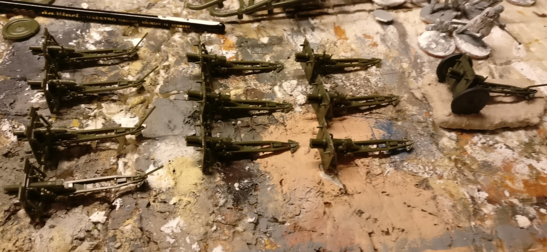 Hier die flotten elf Zvezda 6145 Soviet 76mm Gun and Crew im aktuellen Zustand. So wie sie hier stehen, kommen sie grade mal wieder in den Gerätekeller. Es wird ne zweite Folge geben, in der ich die Wummen fertig bastle und pinsle.