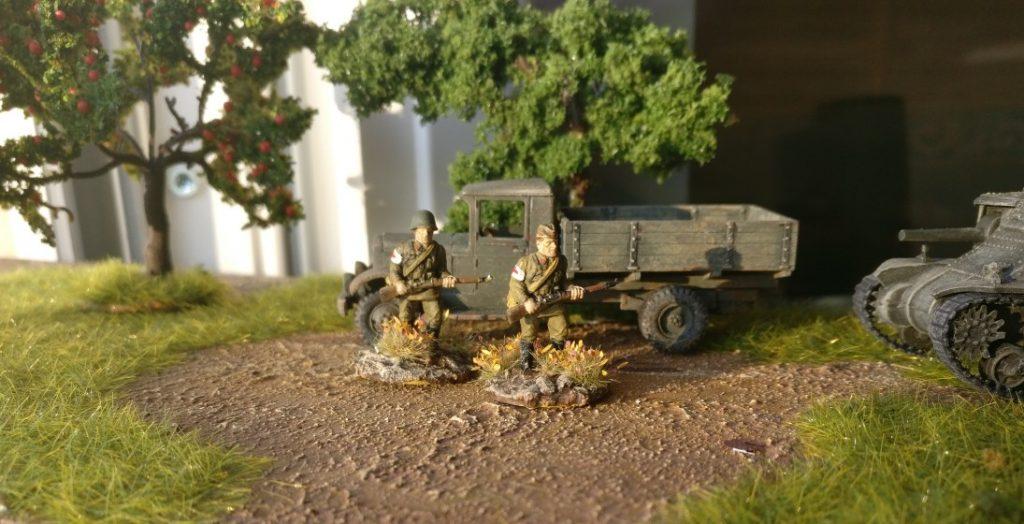 Zwei Sanitöter des des 77. Schützenregiment der 26. Schützendivision