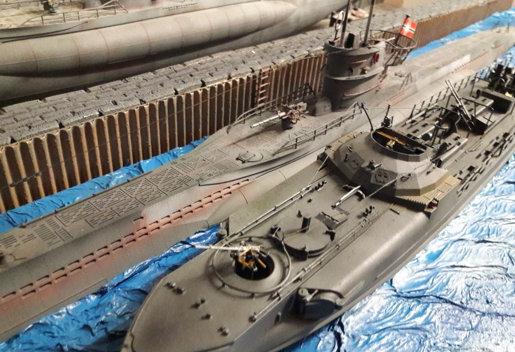 Das Revell 05002 Deutsches Schnellboot S100 liegt neben dem deutschen U-Boot in der Nilkheimer Förde vor Anker.
