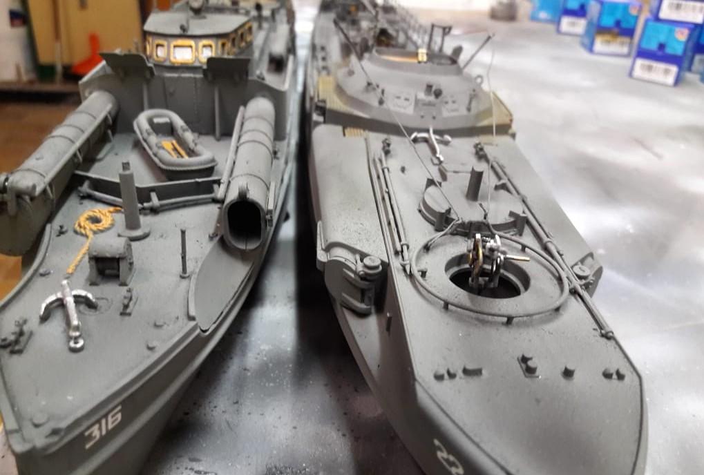 Das Revell 05084 British Vosper M.T.B. neben dem  Revell 05002 Deutsches Schnellboot S100 am Marinestützpunkt Nilkheim Ost