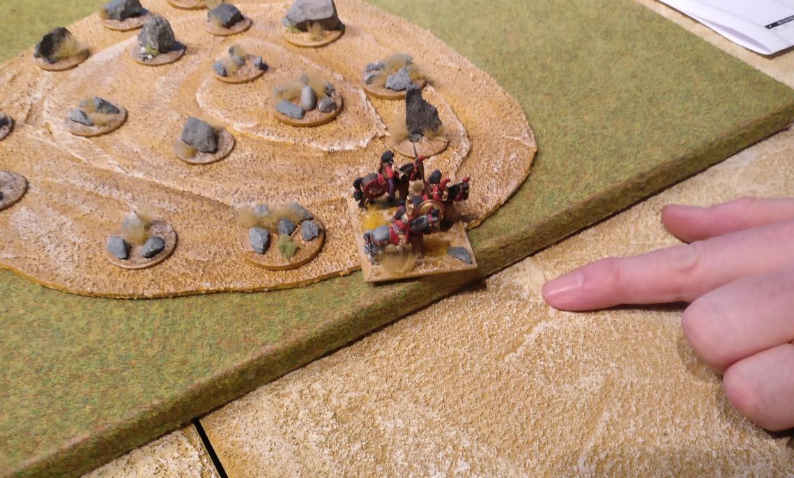 Das Gelände in DBMM ist recht rudimentär. Auch größere Hügel sind flach und mehr angedeutet. Dafür kann man die Spielplatten höchst flexibel aufbauen.