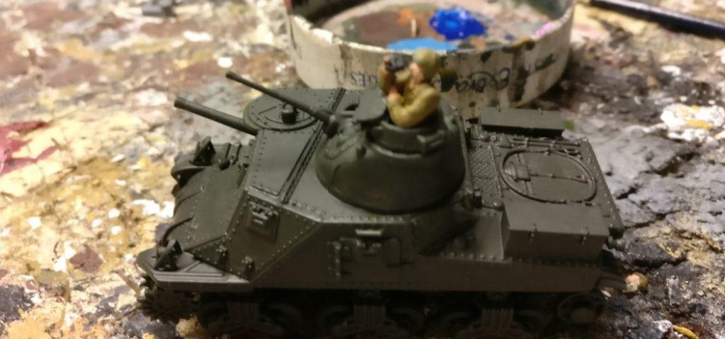 """Zweite Farbschicht """"Vallejo 3B""""  ist aufgetragen: Unimax Forces of Valor 95211 U.S. M3 Lee 1942 und Unimax Forces of Valor 85052 U.S. M3 Lee - Tunisia, 1942 im Einsatz beim 230. Unabhängigen Panzerregiment der Roten Armee bei Kursk."""