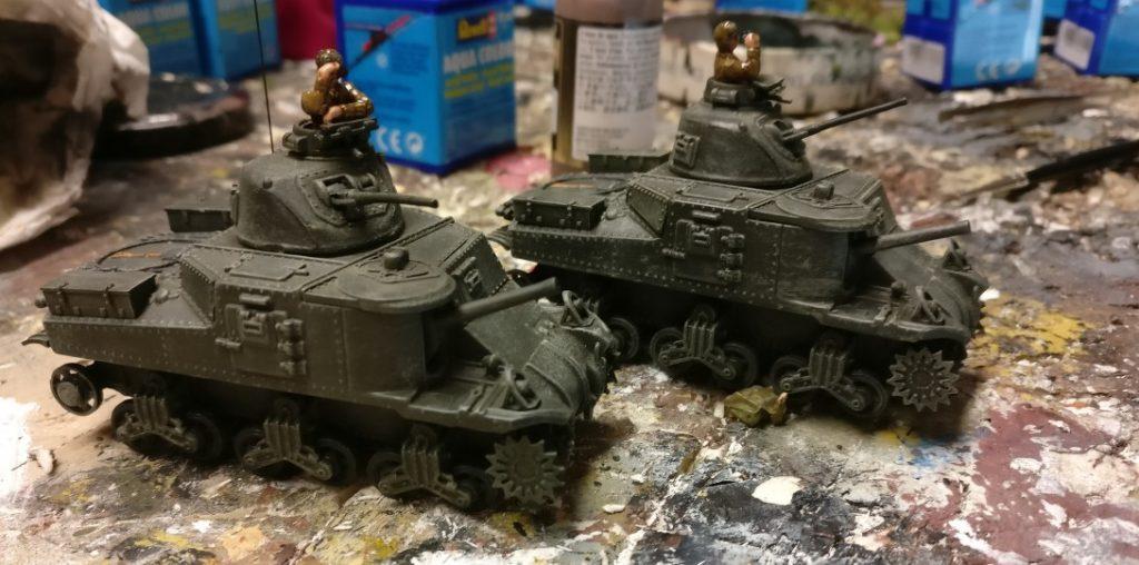 """Die M3 sind ready for the Decals:. Die beiden Kommandanten bekamen einen raschen Russischkurs mit Khakibraun für die Uniformen. Den typischen """"Helm der Panzerfahrer"""" habe ich leider nicht auf Lager, das muss jetzt so gehen: Unimax Forces of Valor 95211 U.S. M3 Lee 1942 und Unimax Forces of Valor 85052 U.S. M3 Lee - Tunisia, 1942 im Einsatz beim 230. Unabhängigen Panzerregiment der Roten Armee bei Kursk."""