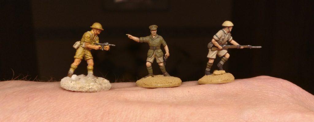 """Drei 20mm-Figuren der """"8th Army"""". Links einer meiner ersten Wüstenkrieger. Rechts zwei Briten von Doncoor. Man erkennt deutlich seine Blacklining-Technik. Mein Wüsten-Warrior kommt ohne aus und sieht für damalige Verhältnisse sehr gut aus. Die Schattierungen kommen durch den Wash von AK Interactive, den ich damals angewendet habe."""