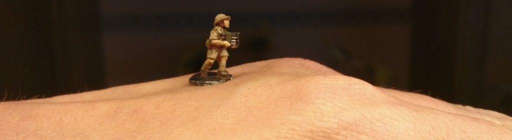 Einen Bediener der 40mm Bofors Flak von Flames of War zog ich vor und ließ ihm alle Schritte der Bemalung angedeihen.
