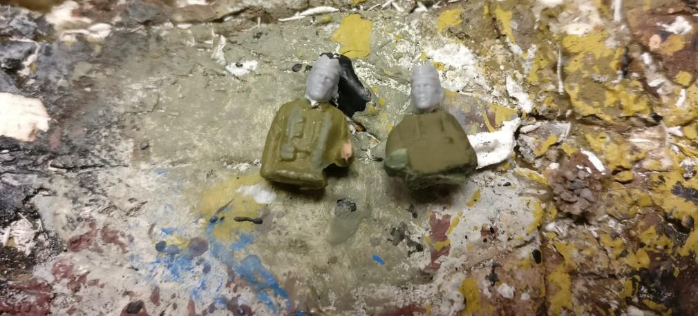 Die beiden Fahrer der Bren Carrier. Die Köpfe und vor allem der Helm waren doch etwas zu sehr britisch. Sie mussten weichen und zwei Köpfen aus meinen PSC-Vorräten Platz machen.