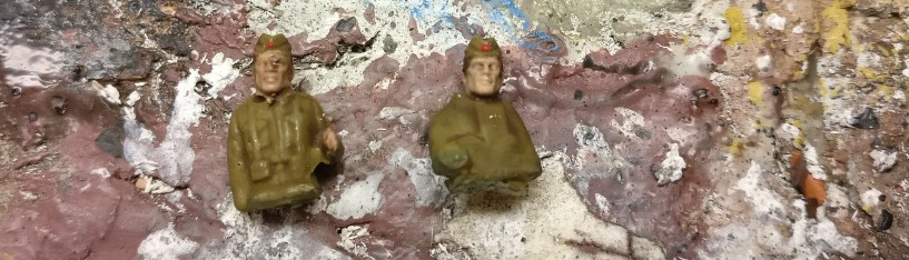 Die beiden - jetzt russischen - Fahrer nach Bemalung der Uniform ( Khakibraun ) sowie Haut und Haar ( Hautfarbe und Lederbraun sowie Feuerrot )