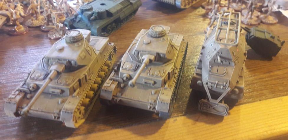 Zwo deutsche Panzerkampfwagen IV Ausf. F2 und ein Panzerfunkwagen Sd. Kfz. 263 (8-rad) von Plastic Soldier Company aus dem Set SdKfz 231 8 rad armoured car .