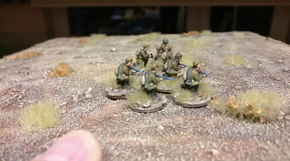 Sieben Bediener für das 76mm Feldgeschütz aus dem Plastic Soldier Set WW2G20001 Russian 45mm Anti-Tank Gun