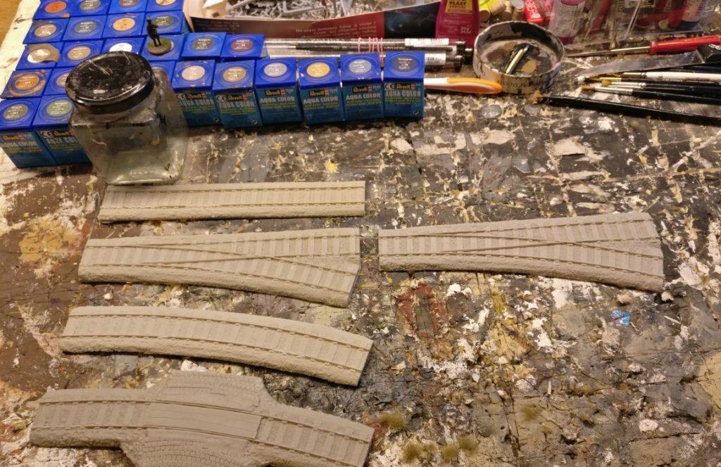 Hier die noch unbehandelten Resin-Teile: geschotterte Gleise, Schwellen und Schienen für den künftigen Hauptbahnhof in Alexandrowsk.