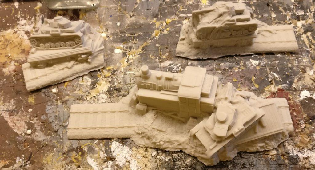 Die Gleistücke mit den havarierten Schwerlastwägen und umgestützten Panzerkampfwagen IV.