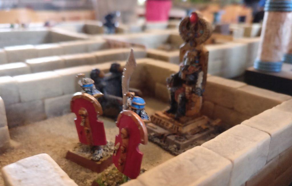 Unberechenbare Krieger in den Seitenräumen des Labyrinths auf dem Spieltisch Mamelucken, Gräber & Gelehrte vom THS / Team für historische Simulationen