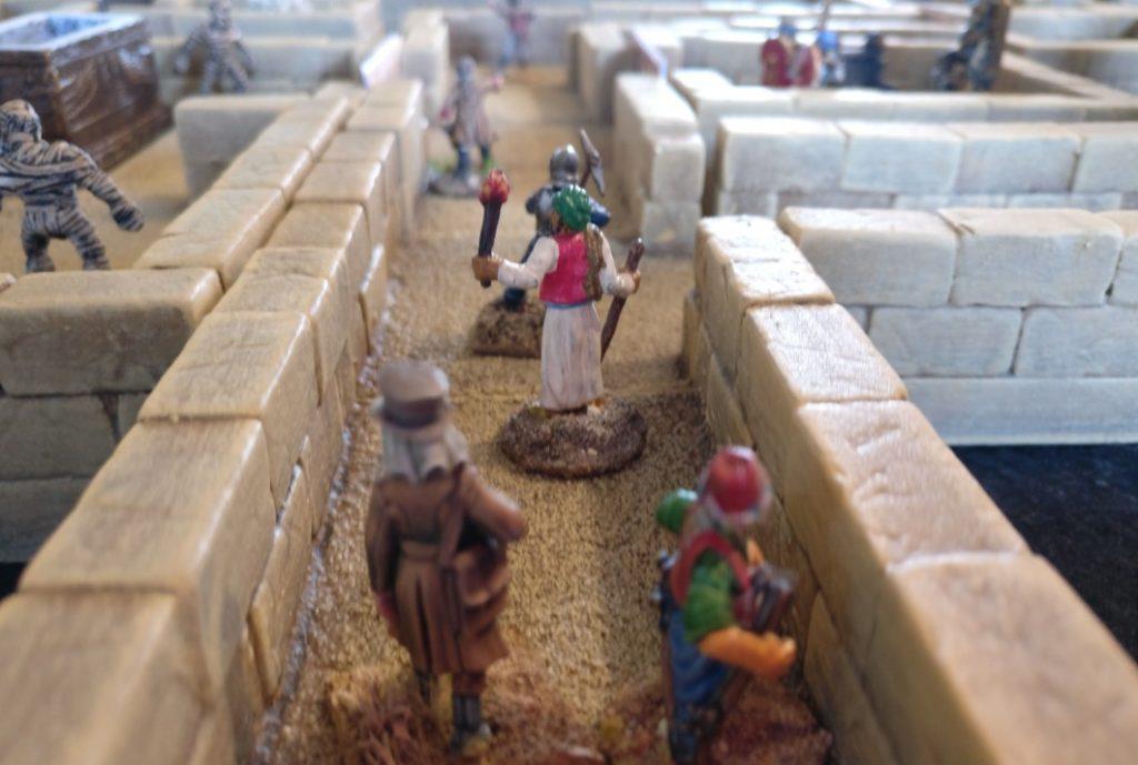 Gefahren lauern hinter allen Mauern des ägyptischen Labyrinths auf dem Spieltisch Mamelucken, Gräber & Gelehrte vom THS / Team für historische Simulationen
