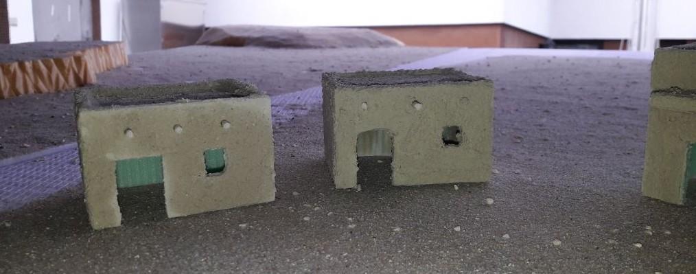Die am Dach sichtbaren  enden der Holzbalken sind Streichhölzer.
