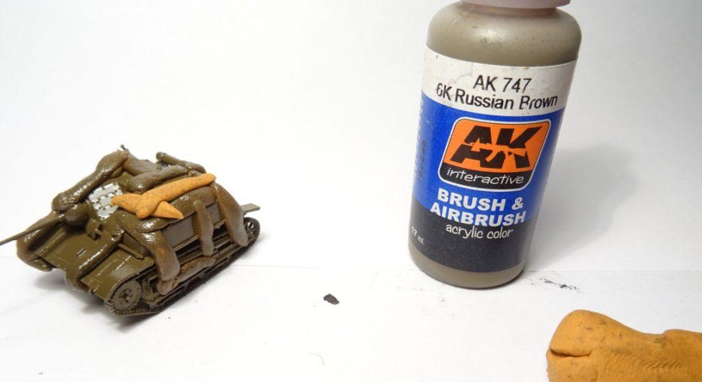 Hier wurde bereits mit der Farbe AK 747 6k Russian Brown von AK Interactive gesprüht. Die Farbe trocknet nun.