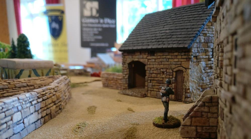 """Der Bauernhof in La Fière auf der Spielplatte """"Die Brücke von La Fière"""""""