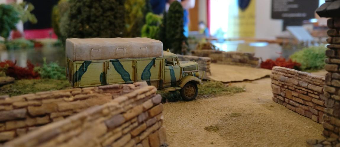 """Ein verlassener Lkw der Wehrmacht auf dem Bauernhof in La Fière auf der Spielplatte """"Die Brücke von La Fière"""""""