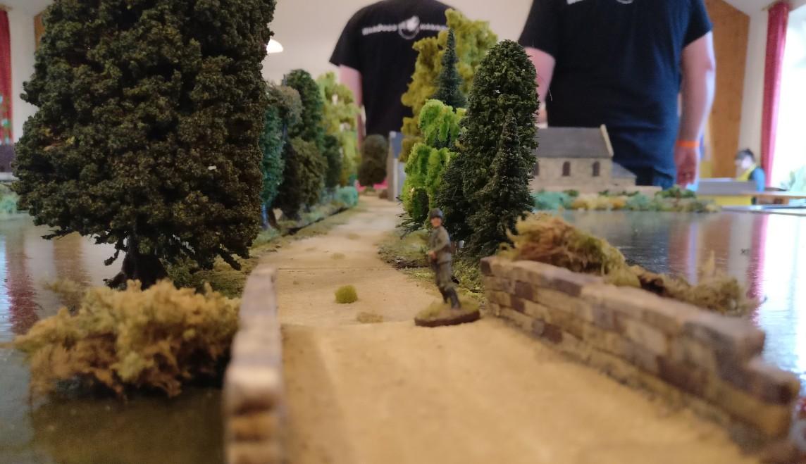 """Die Straße von La Fière nach Cauquigny auf der Spielplatte """"Die Brücke von La Fière"""""""