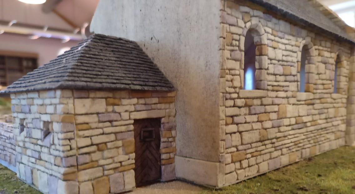 """Der kleine Anbau an der Kapelle in Cauquigny auf der Spielplatte """"Die Brücke von La Fière"""""""