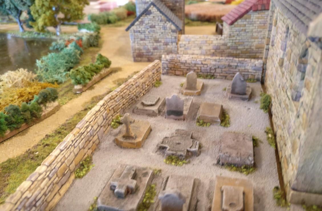 """Nochmal der Friedhof hinter der Kapelle in Cauquigny auf der Spielplatte """"Die Brücke von La Fière"""""""