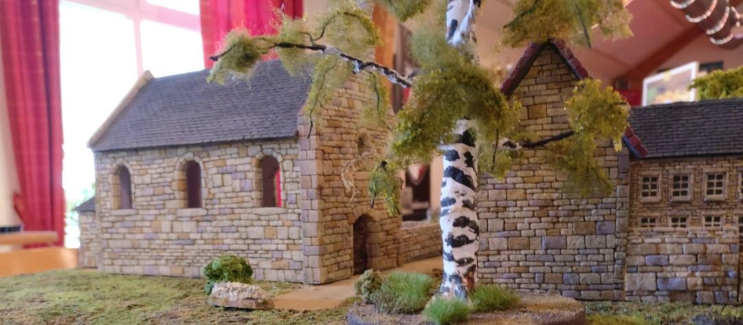"""Die Kapelle in Cauquigny  auf der Spielplatte """"Die Brücke von La Fière"""" vom Hinterland aus gesehen."""