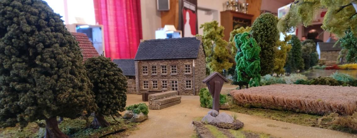 """Cauquigny auf der Spielplatte """"Die Brücke von La Fière"""" von der """"Rue du Moulin"""" aus gesehen."""