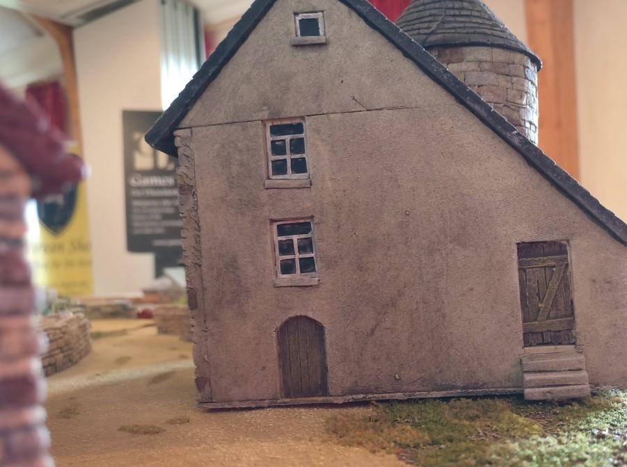 """Das Herrenhaus La Fière  auf der Spielplatte """"Die Brücke von La Fière""""."""