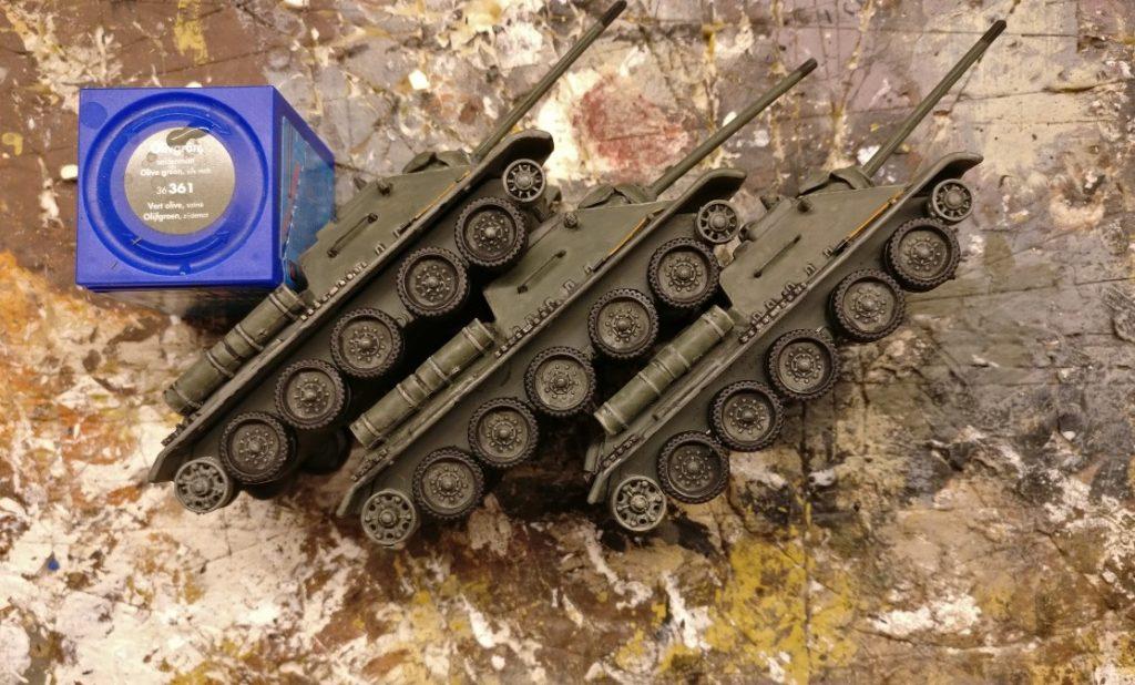 Ein Manko der SU-85 von DeAgostini sind die Gummibeläge der Laufrollen. Sie sind in Grau gehalten, wie auch die Laufrollen selbst in einem unnatürlich wirkenden Grüngrauton  bemalt wurden. Die Gummibeläge werden mit Schwarz behandelt, die Teller der Laufrollen mit Grüngrau, dann Black Wash, dann Helloliv trockengebürstet.