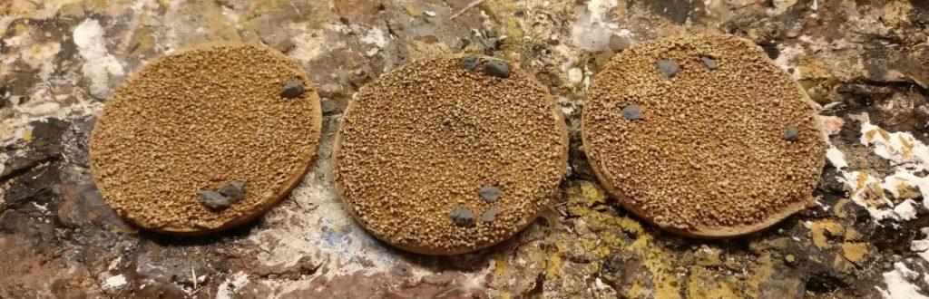 """Ein Novum gibt es heute auch: Die kräftigen Steine aus Aquariumkies werden mit Revell Aquacolor 36179 Blaugrau bemalt. Graue Steine auf einem gelblich braunen Untergrund hatte ich kürzlich auf einem Diorama entdeckt. Der Farbkontrast ( """"Blau-Gelb"""") ließ das Diorama spannend wirken. Das wollte ich hier auch mal ausprobieren."""