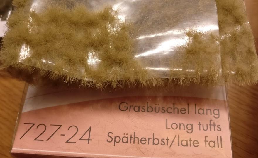 Zur Bepflanzung der Base benutze ich wie üblich die Grasbüschels von MiniNatur. Wie man sieht, habe ich kürzlich mal größere Mengen davon erstanden.