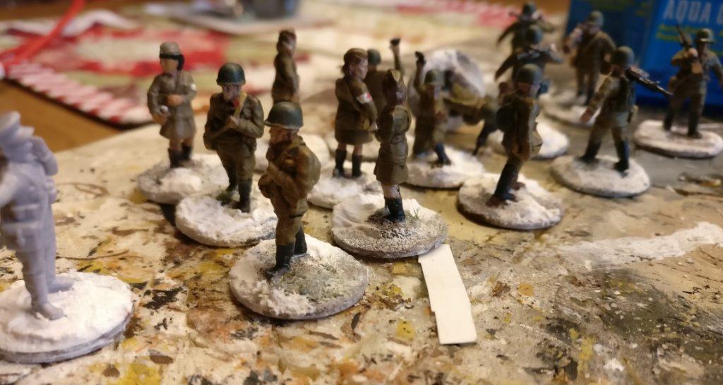 """Hier die vorbehandelten PSC-Russen für das 44. Schützenregiment. Die Basen sind bereits ausgeformt und alles ist """"mit Schnee/Strukturpaste"""" überzogen. Jetzt ist Trocknen angesagt."""