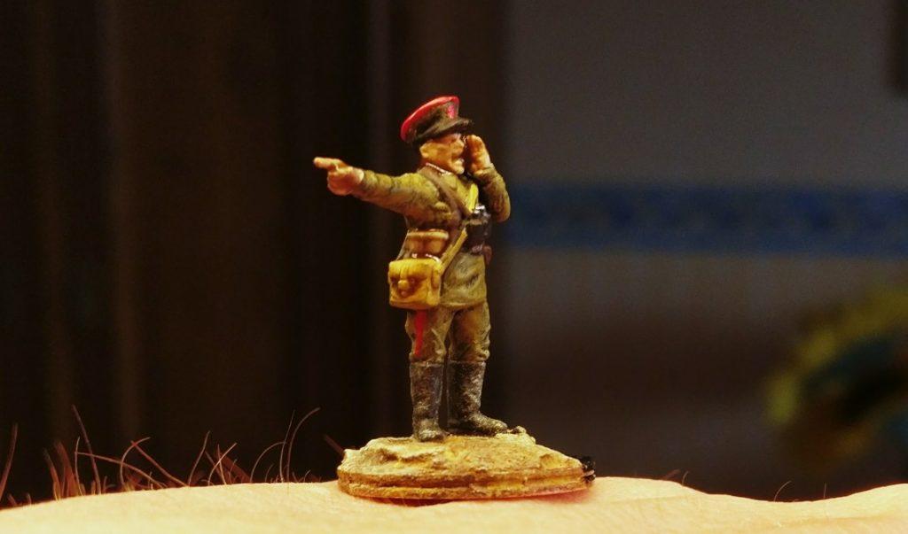 Der Starschi leitenant Grigorij Dobrowolski in Hochform...