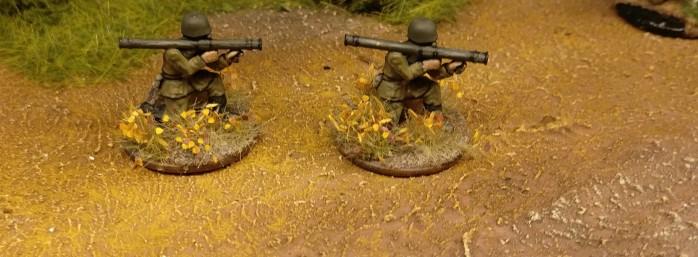 Die beiden Bazooka-Schützen für das 77. Schützenregient waren mit von der Partie... Die 26. Schützendivision dankt.