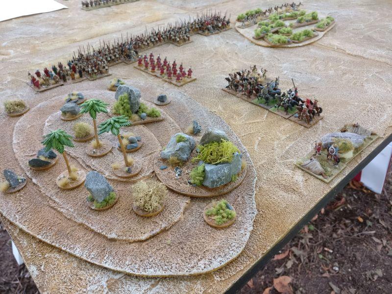 Die Hopliten-Armee des additz. Die Geländeteile haben die Aufstellungszone ein wenig eingeengt, so dass seine Armee ziemlich in Spieltischmitte zu liegen kam.
