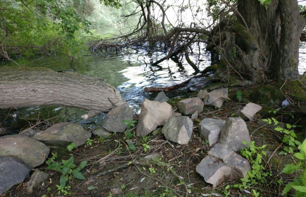 Viel Zeugs wird im Wasser liegen: Stämme, Geäst, Steine (?) und mehr.