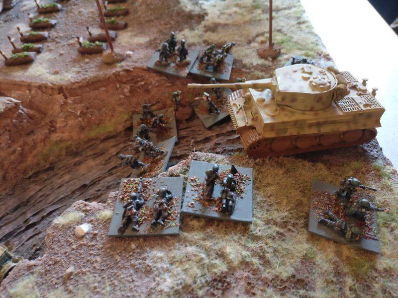 Der Tiger I kam nicht alleine. Er bringt gleich den zweiten Infanteriezug aus der Reserve mit. Im nachfolgenden Zug der Inder gelingt es diesen nicht, den Moment der Schwäche (Overstacked) für einen Angriff mit automatischen Waffen zu nutzen.