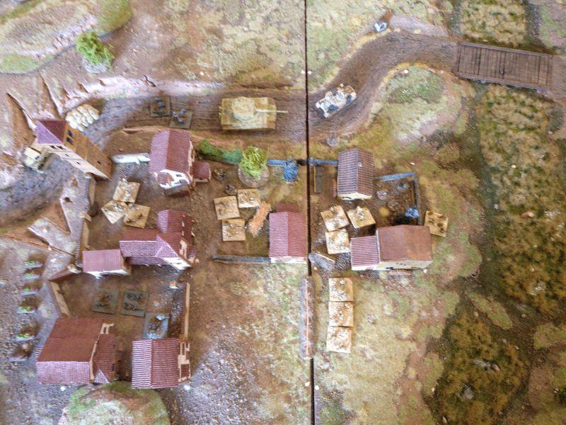 """Win-Condition erreicht: Nicht nur zwei Felder, sondern sogar drei Felder des Klosters """"San Germano"""" sind von den Indern besetzt. Das ganz links sichtbare Feld wurde tatsächlich vom Zugführer des 1. Zuges der Inder genommen. Man sieht auch, dass die Inder erfolgreich den Sumpf verlassen konnten. Der im """"Open"""" stehende Rifle-Trupp (unterhalb des rechten Klosterfeldes) bekam wider Erwarten wenig Beschuss ab."""