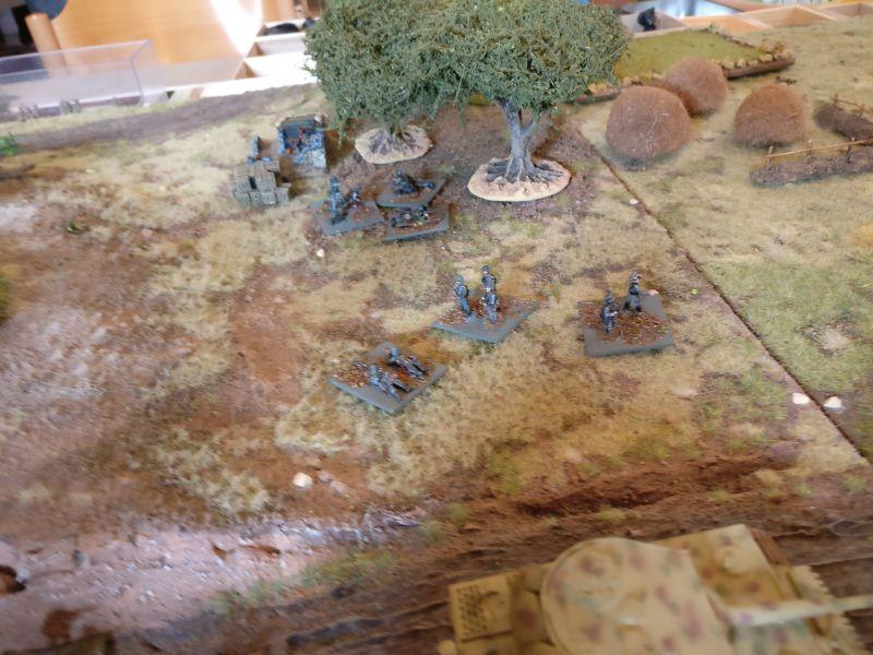 Die deutschen LMG der Verstärkung haben sich seitwärts in einen Olivenhain geschlagen. Von dort wollten sie alle indisch besetzten Felder  des Klosters beharken.