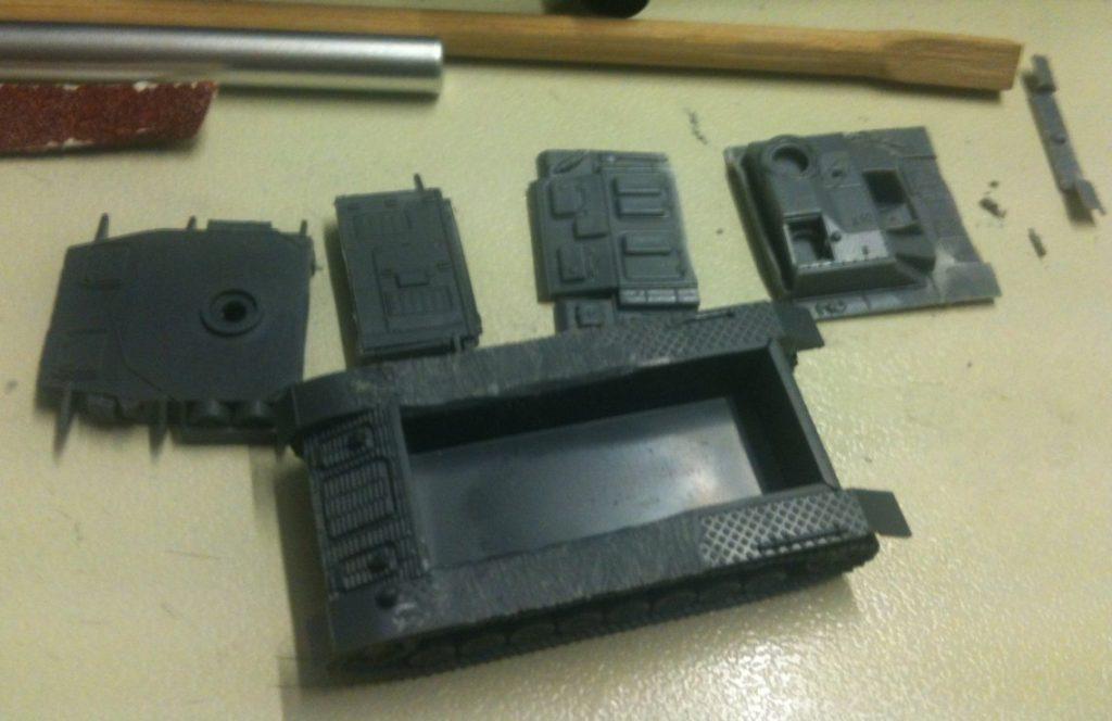 Fein säuberlich wurden die Komponenten des Aufbaus aus Segmenten eines StuG III von Plastic Soldier Company zurechtgeschnitzt.
