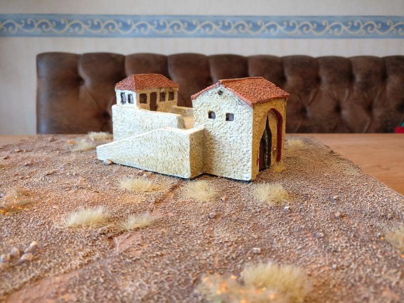 Dieses Haus stammt wohl nicht von Tabletop Art und steht auch nicht in Shturmigrad. Wir werden es nach Nordafrika oder Italien stellen und ebenfalls aufhübschen.
