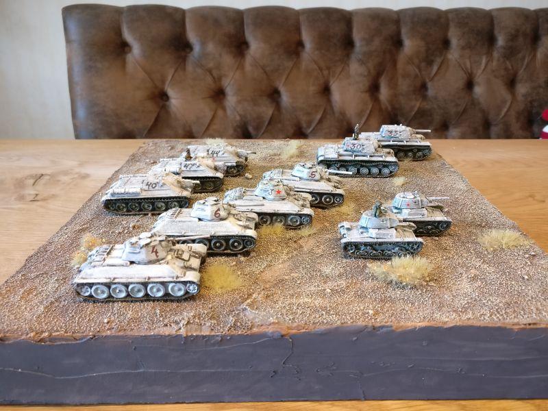 Dieser Schwung an roten Eisentaxis war ebenfalls dabei. Auch hier werden wir das Finish vornehmen.  Von den Panzerkommandanten, die noch unbemalt sind bis zu Details an der Ausstattung wie Turmnummern: Eine interessante Sache.