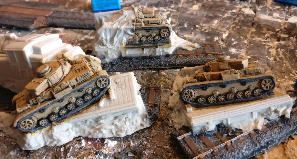 Hier die frisch bemalten Panzerketten.