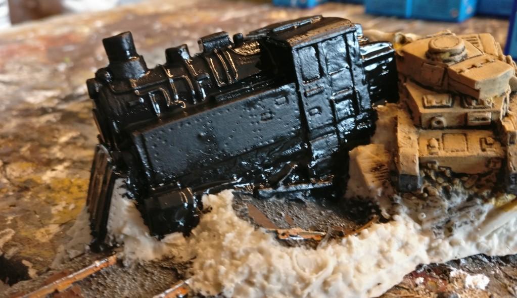 Der schwarz grundierte Korpus der kleinen Dampflok.