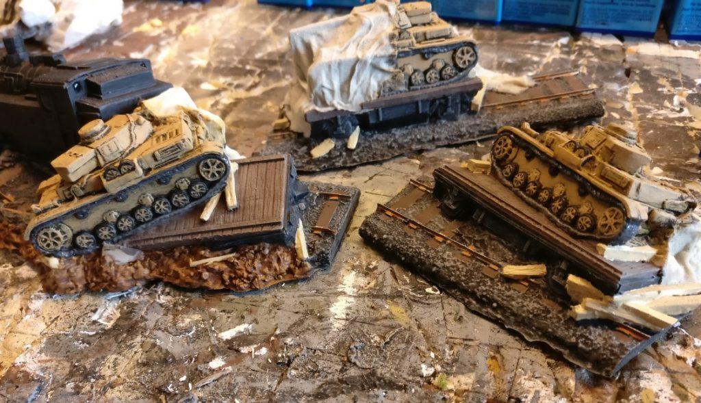 Hier die grundierten Holzbalken auf den Schwerlastwagen. Jetzt stechen sie optisch stark heraus.