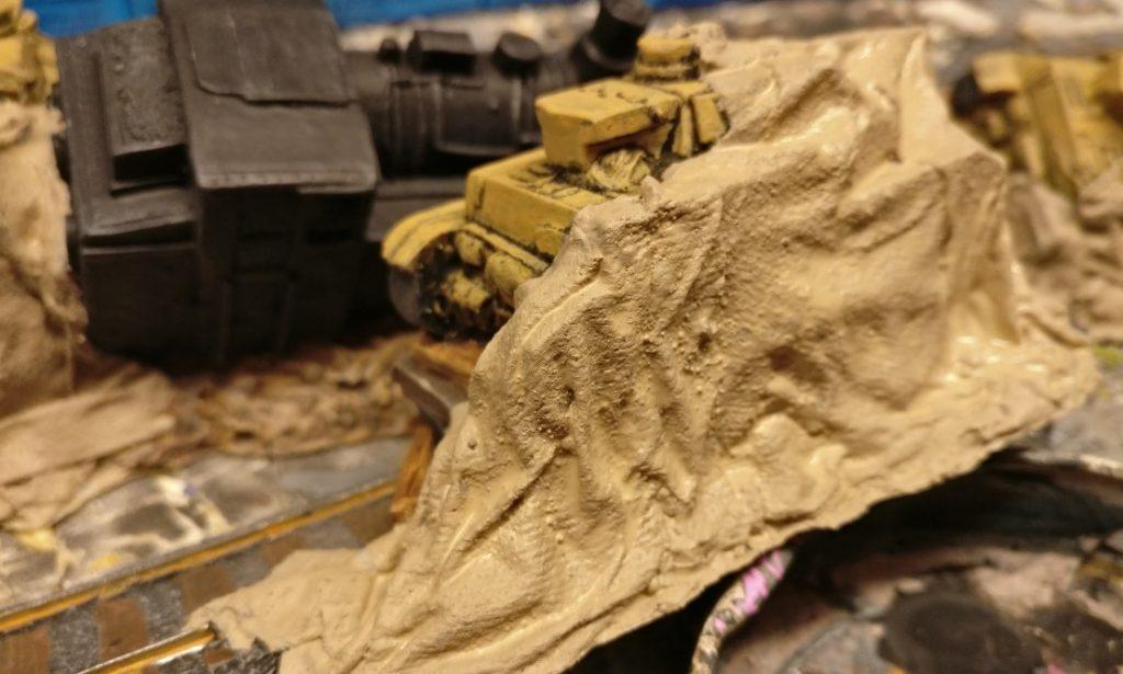 Die Plane über dem Panzer IV auf dem Schwerlastwagen.